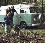 семейство с каравана в гората