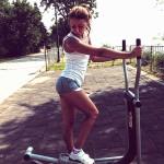 момиче тренира на алеята на славата във Варна