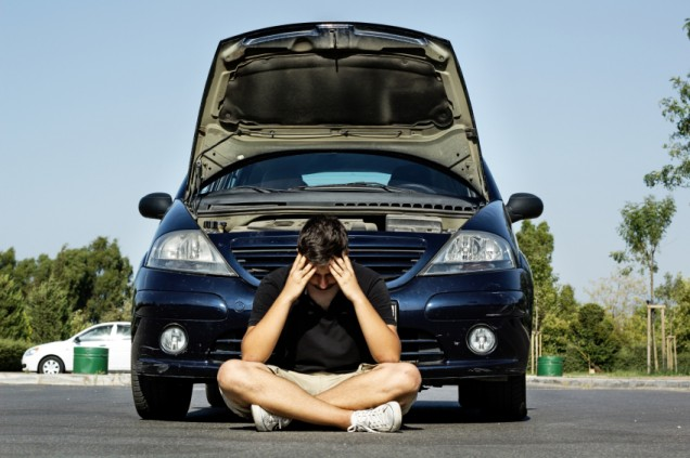 отчаян шофьор пред автомобил