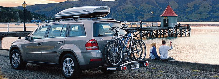 джип със стойка за колелета и кутия за багаж