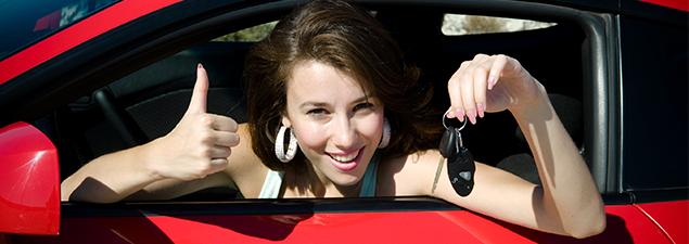 усмихната жена в кола