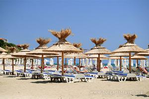 Плажни чадъри на плажа в Св. Влас